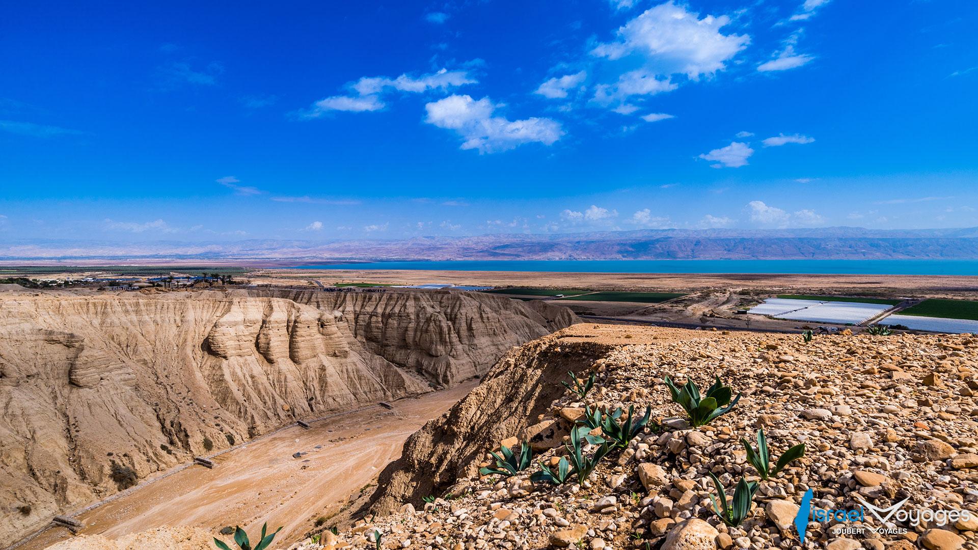 Grottes de Qumran face à la mer Morte
